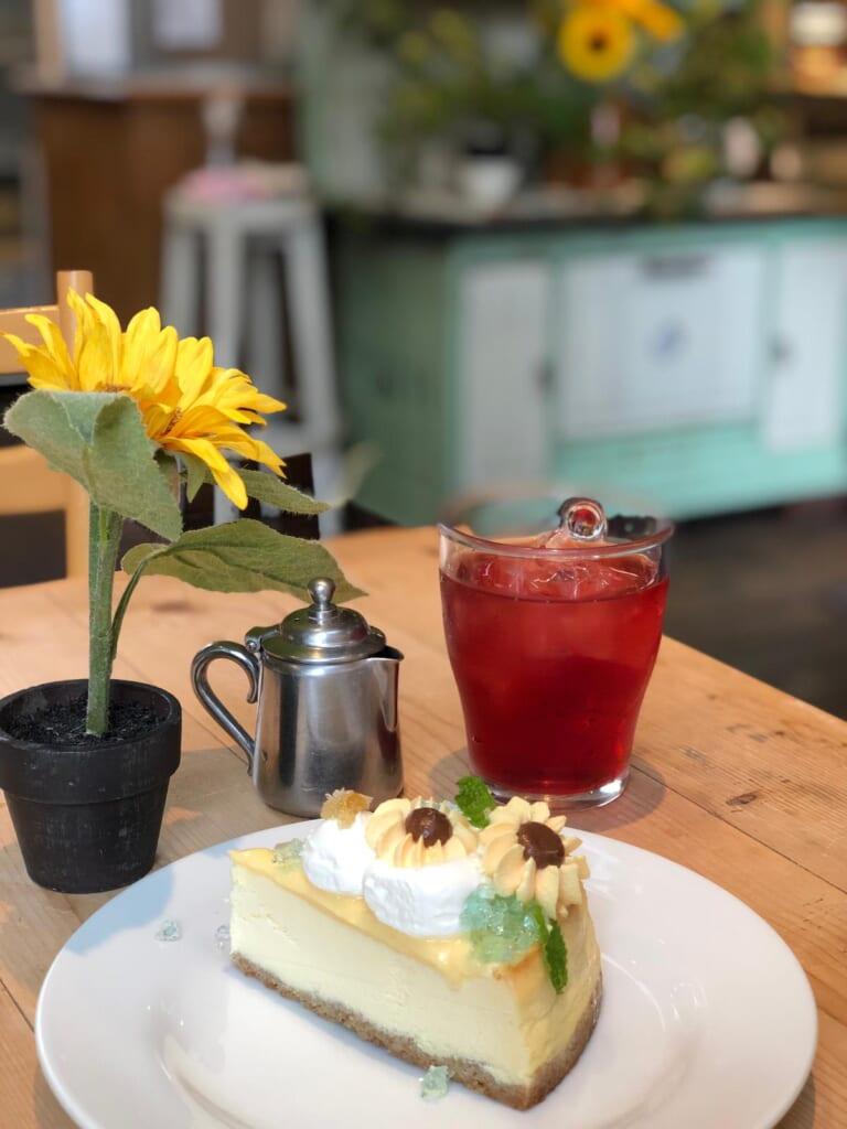 Pastelería japonesa con un bonito pastel y un té