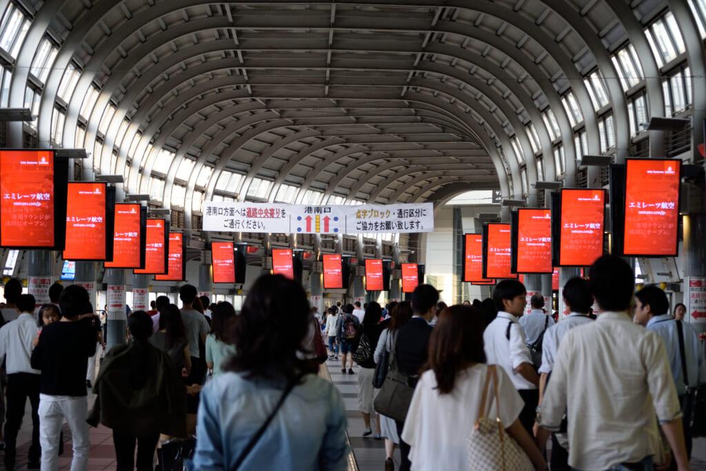 Uno de los pasillos de transbordos de la estación de Shinagawa
