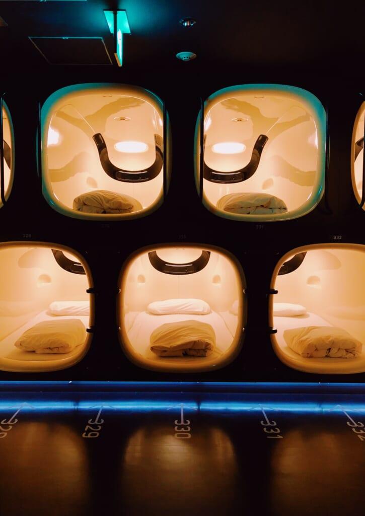 En los aeropuertos de Tokio podrás dormir en un capsule hotel