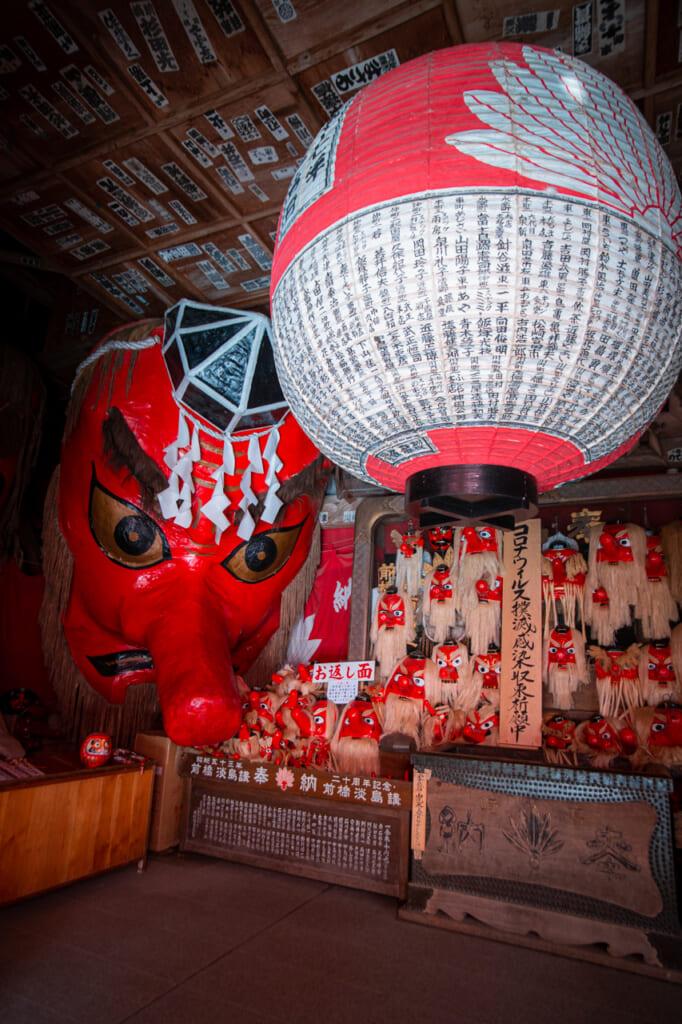 mascaras gigantes de tengu en un templo de Gunma, Japon
