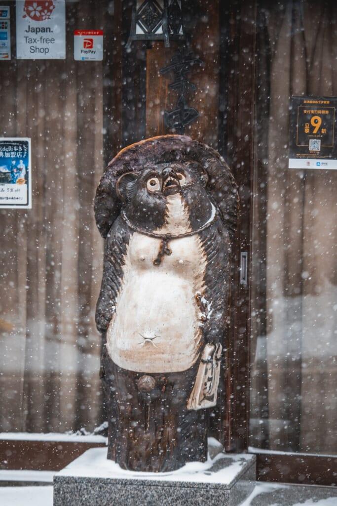 figura de tanuki en la puerta de un restaurante de japon