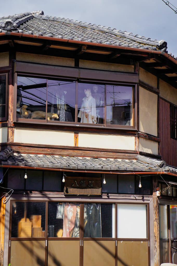 yokai en ventanas de Kioto