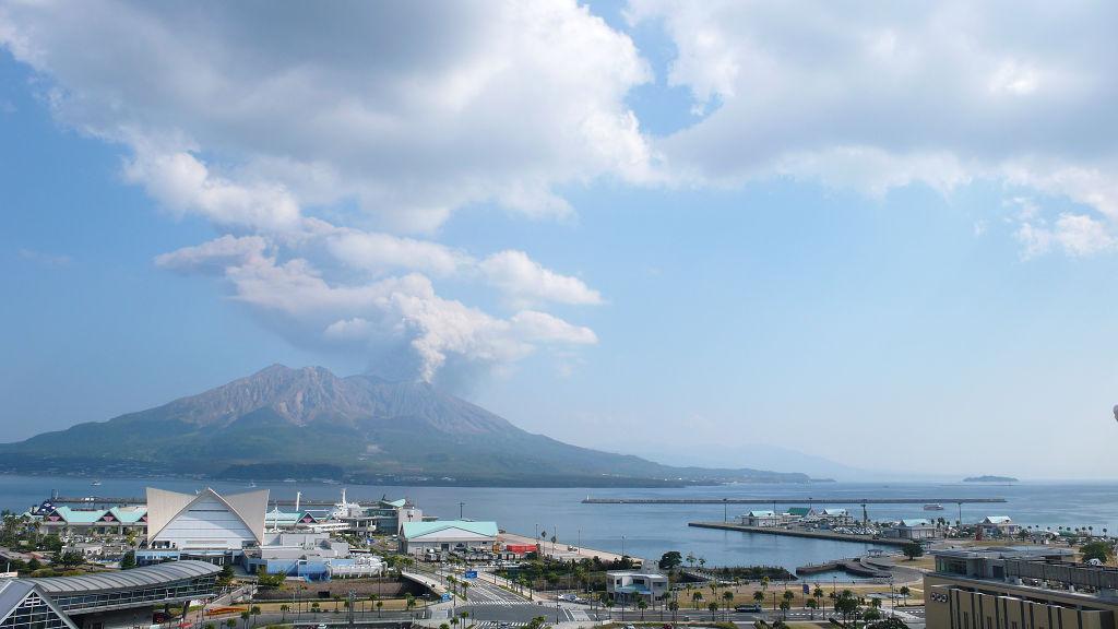 sakurajima, uno de los volcanes en Japón activos, en plena erupción