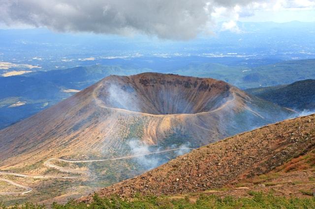 Uno de los volcanes en Japón con su enorme cráter