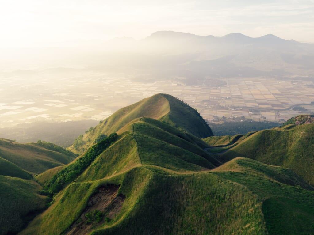 las formas de las montañas japonesas son impresionantes