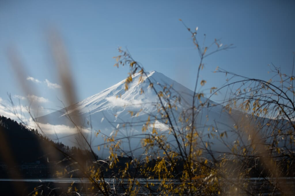 El Monte Fuji, uno de los volcanes en Japón, nevado