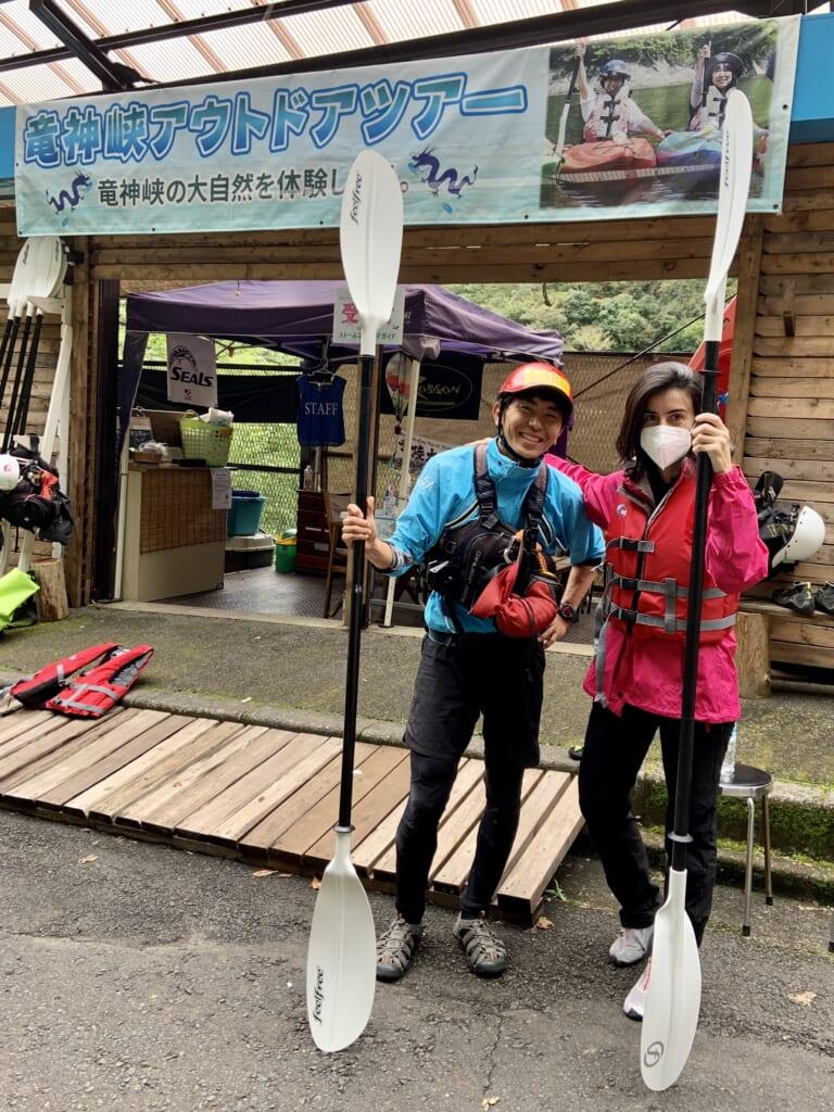 Maite y su instructor antes de empezar a hacer kayak