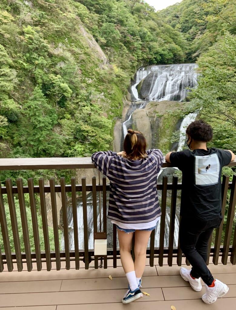 Personas mirando las cataratas de Fukuroda