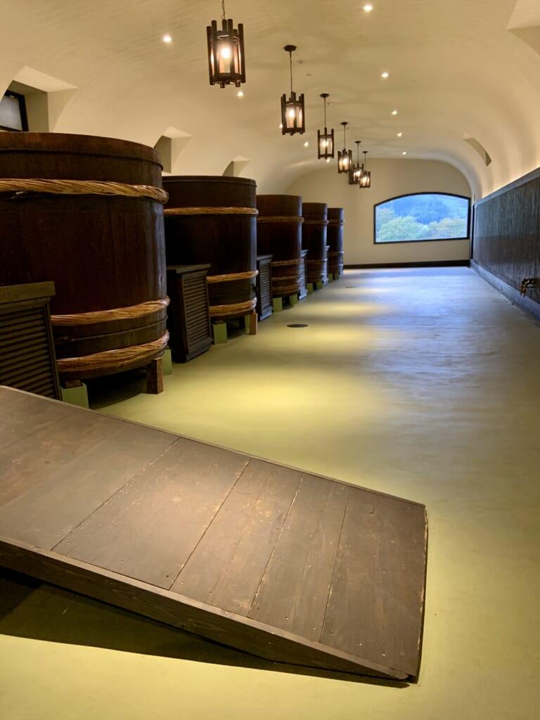 Grandes barriles con sake durante la Ruta del Diamante