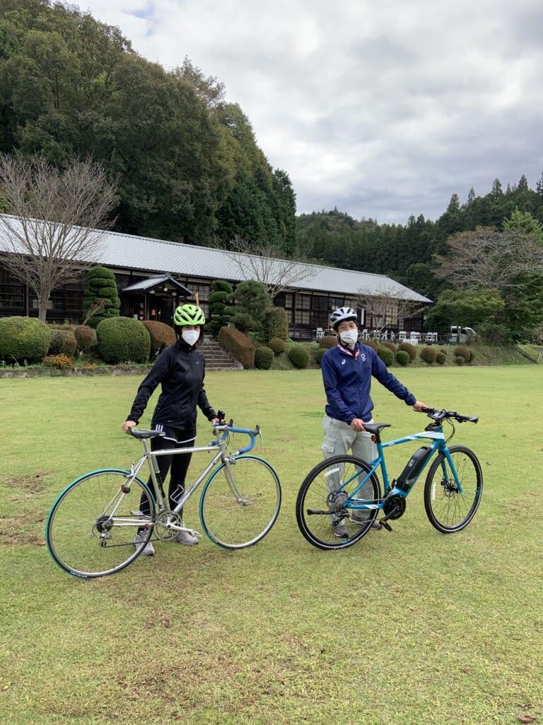 Maite con su instructor con bicicleta