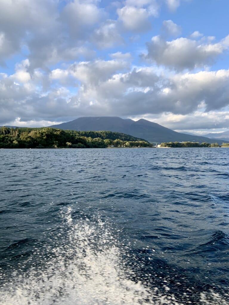 Recorriendo el Lago Inawashiro con una lancha