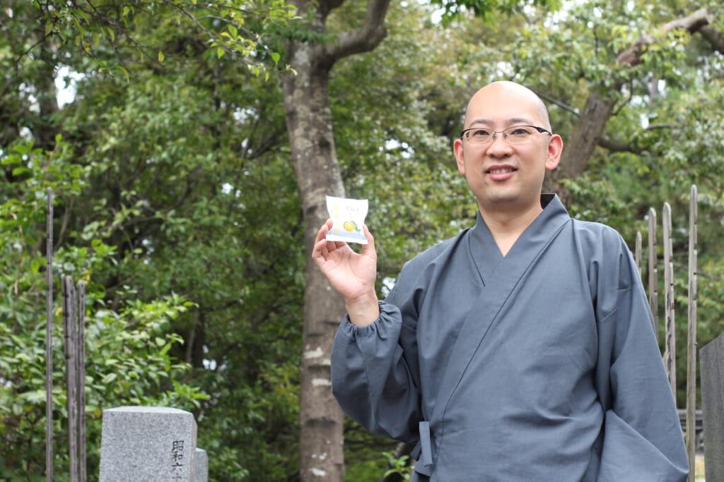 El encargado del templo Taizo-in con el producto de yuzu