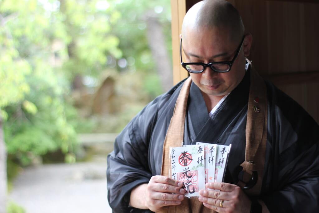 El monje del templo Shunkoin sosteniendo algunos goshuin