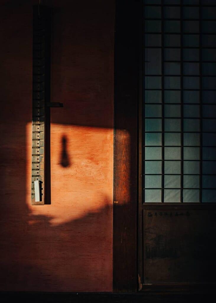 Sombras en una de las puertas de las habitaciones de la kominka en la isla Ojika