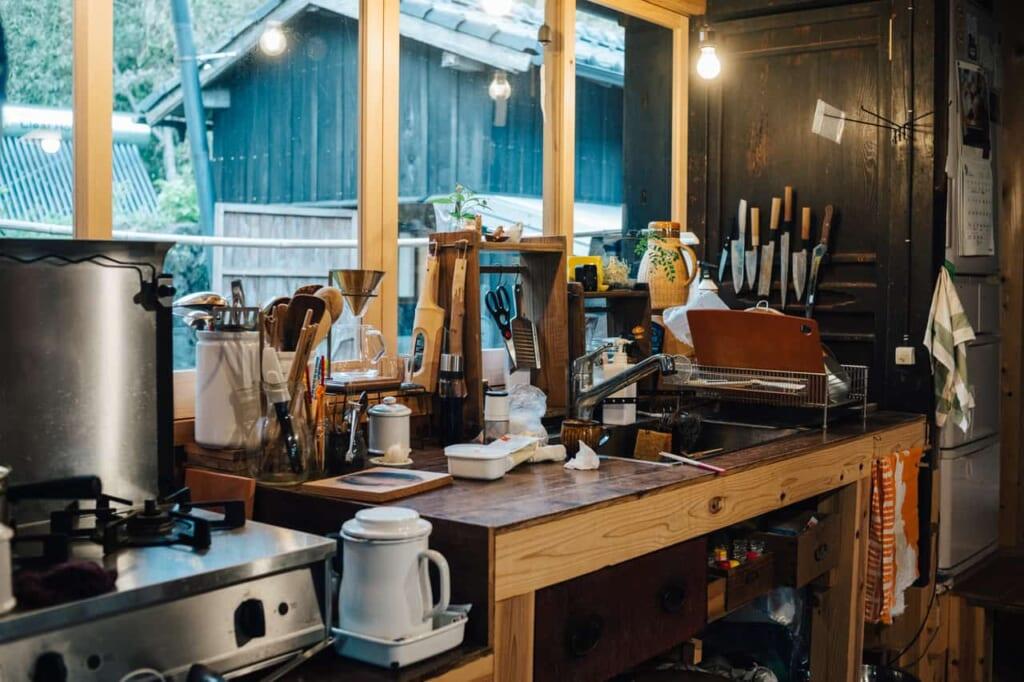 La cocina, totalmente equipada, en la kominka de Yanoya, en la isla Ojika