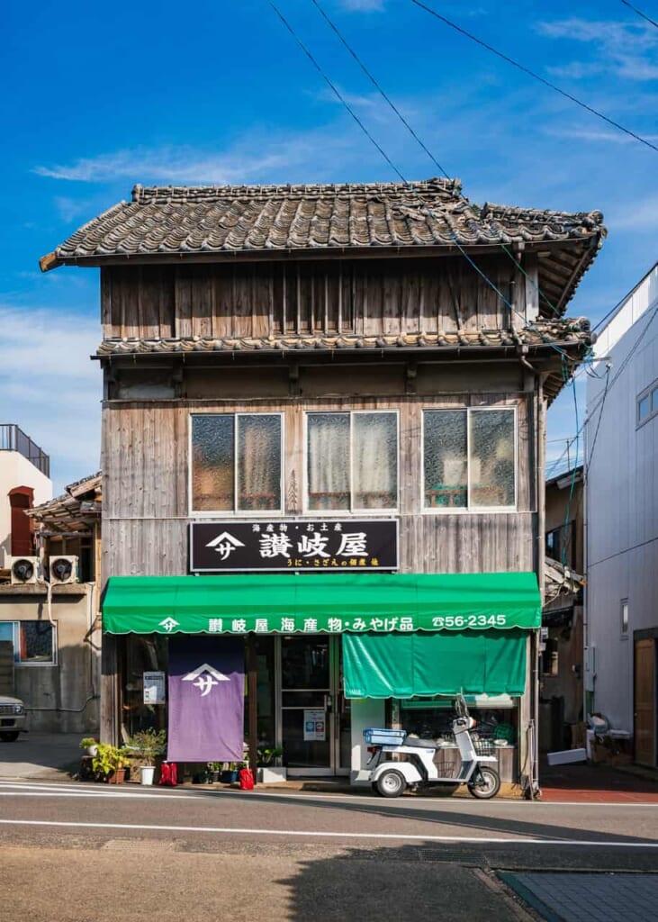 Un edificio antiguo en la isla Ojika