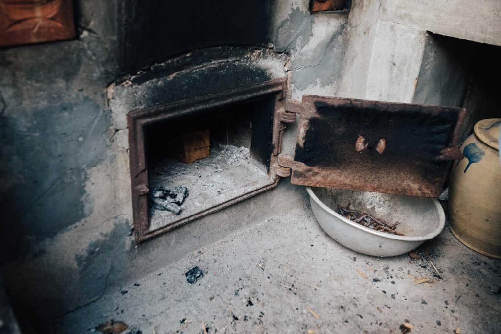 El horno donde se pone la leña para calendar el ofuro