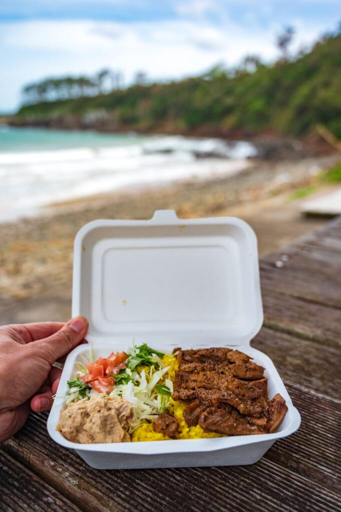 Comida variada en la playa de la isla de Ojika