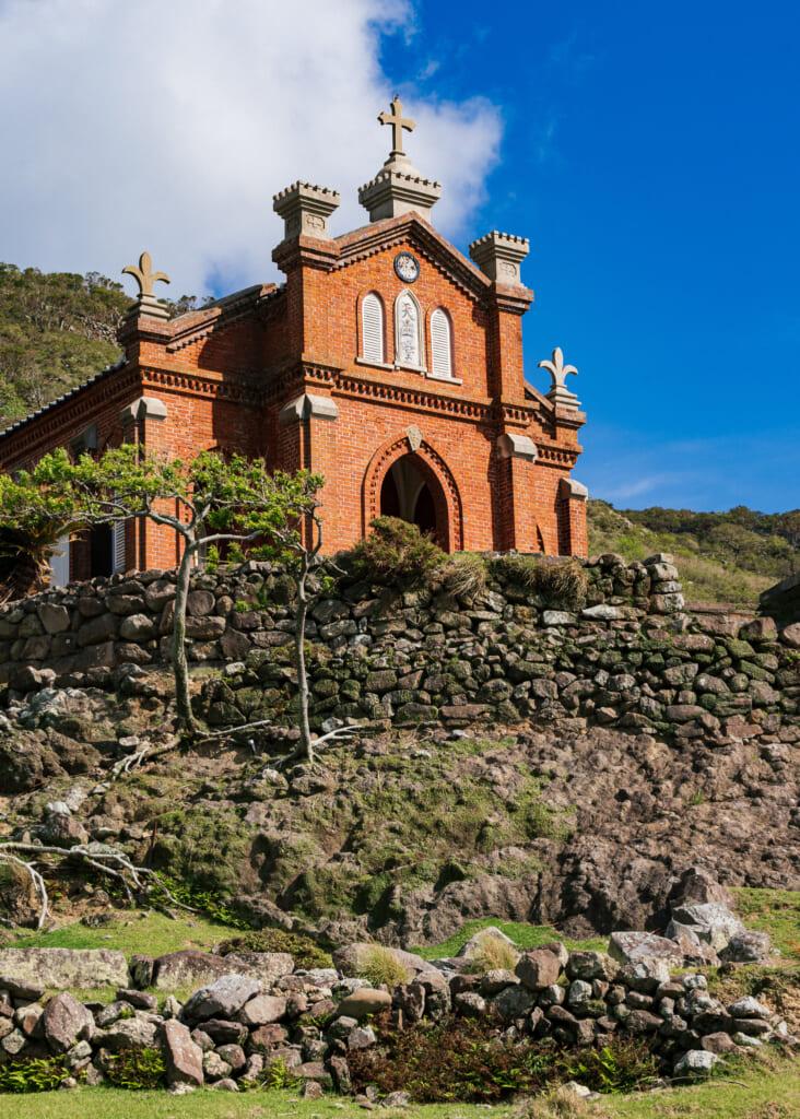 La iglesia, alzada en una colina