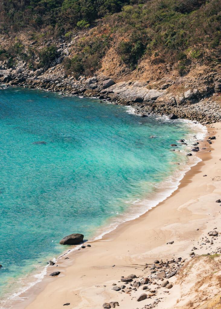 Preciosa playa de aguas turquesa en Nokubi