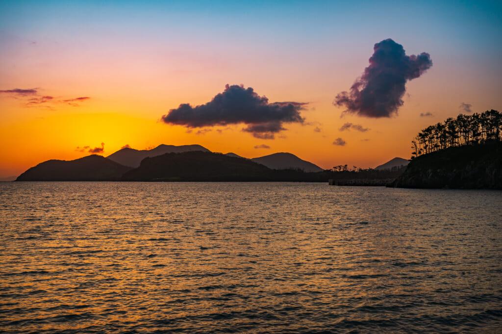 El sol sale sobre la isla Nozaki, visto desde la playa de Kakinohama en Ojika para disfrutar a solas