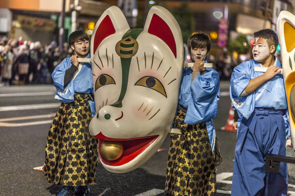 Religión en Japón: Máscara gigante de zorro en Kitsune no Gyoretsu