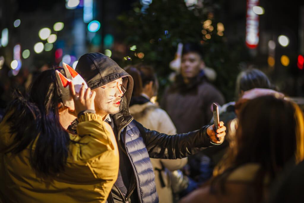 Pareja de visitantes haciendo un selfie