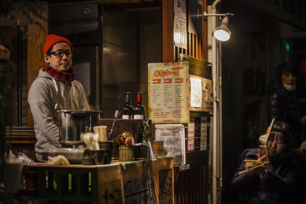 Puesto callejero de bebidas y comida rápida durante el desfile Kitsune no Gyoretsu