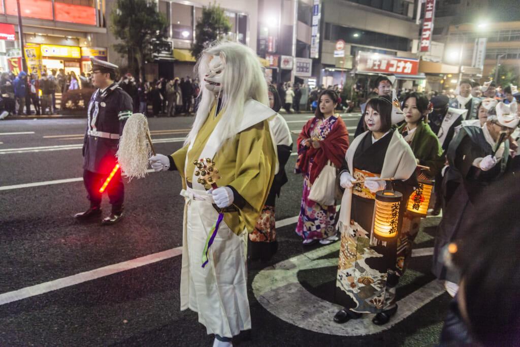zorros en kimono con linternas