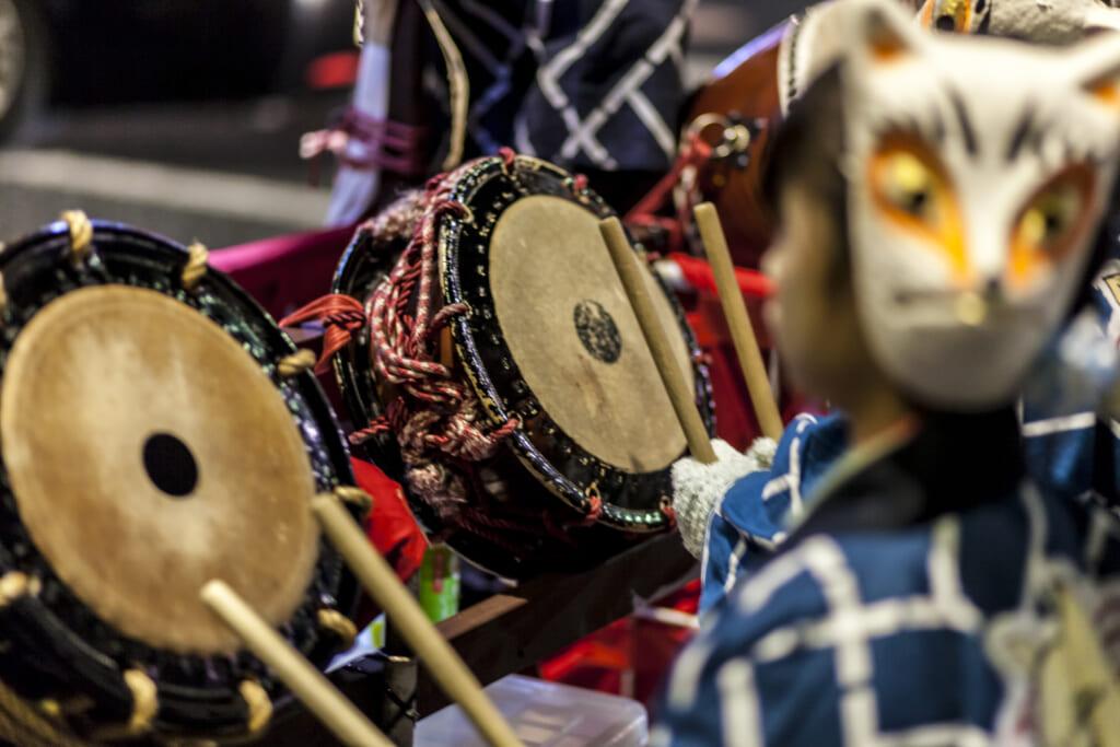 pequeños zorros tocando tambores