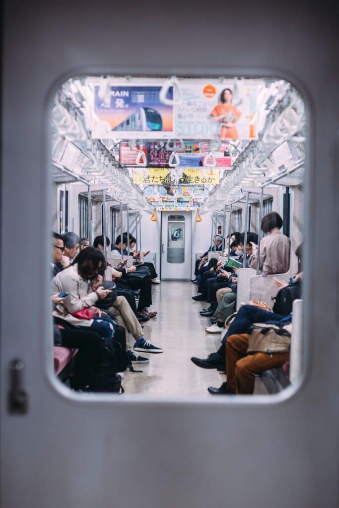 Gente en el tren en Japón