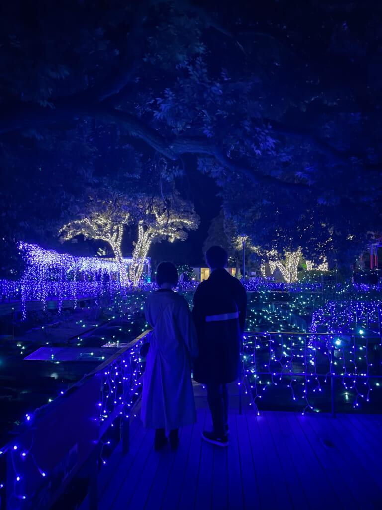 Pareja viendo las luces de Enoshima