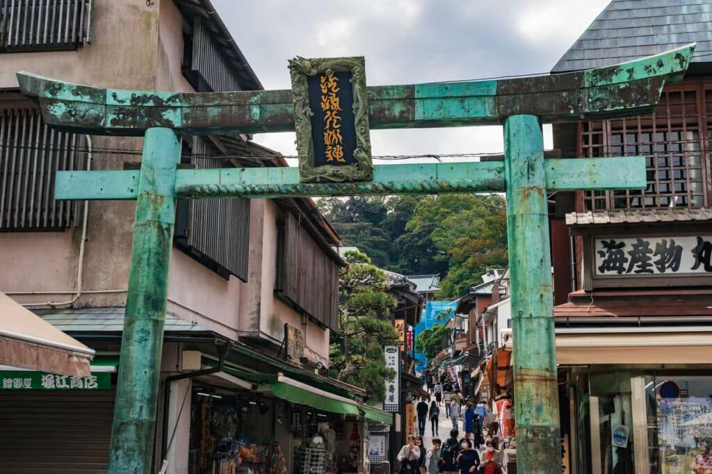 La entrada a la calle principal de la isla de Enoshima