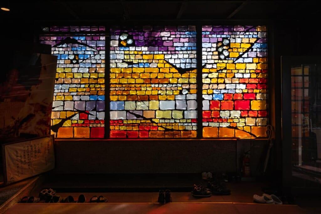 una vidriera colorida en el interior del templo