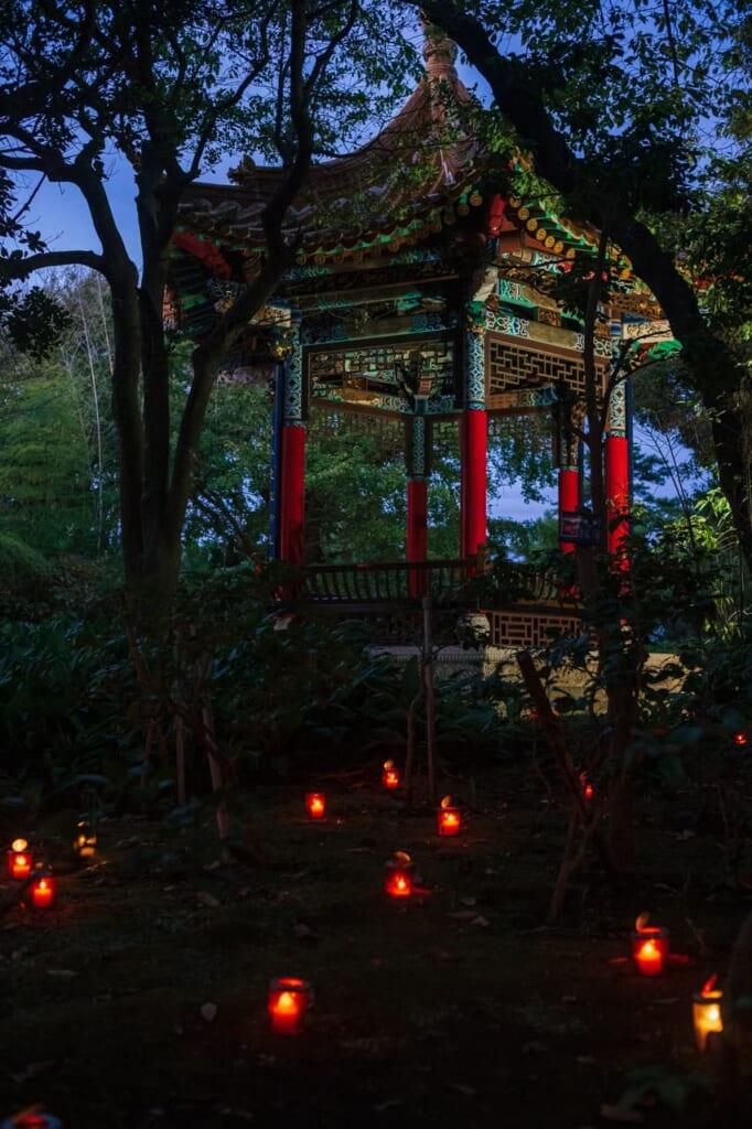 una glorieta de estilo chino rodeada de luces