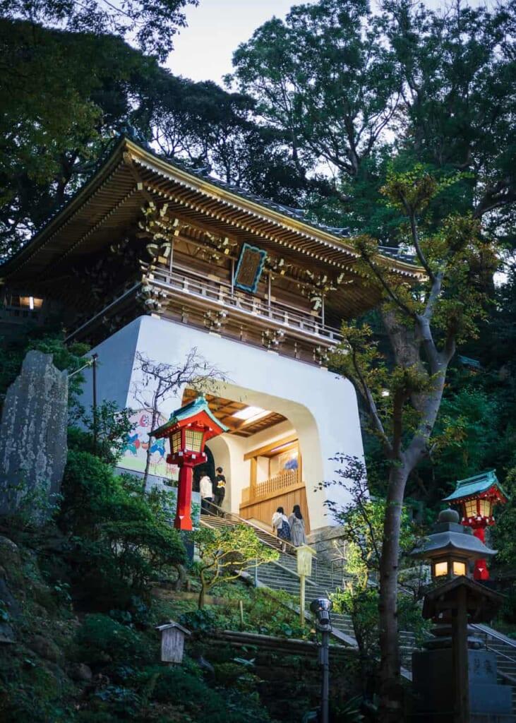 La puerta blanca Zuishinmon de la isla de Enoshima