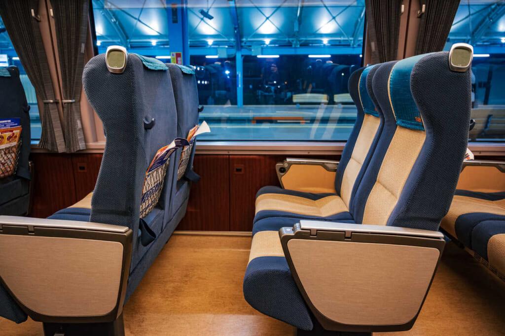Los asientos en el interior del tren