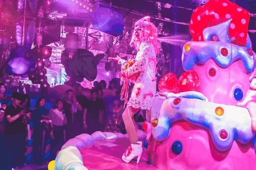 Espectáculo nocturno en Kawaii Monster Cafe, espacio Kawaii de Harajuku