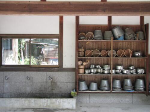 Las herramientas que encontramos antes de entrar a un cementerio japonés