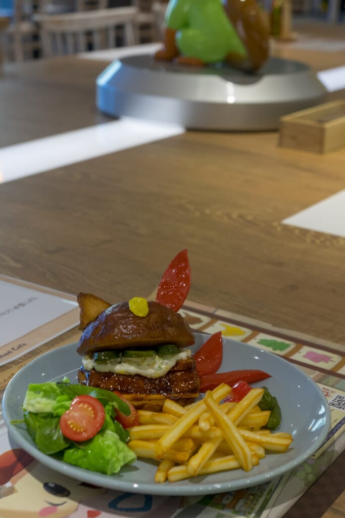 """Sneasel's Colorful Pickles Burger"" inspirado en el videojuego Pokémon Cafe Mix"