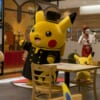 Chef Pikachu bailando en el Pokemon Café en Tokio