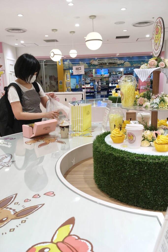 Cliente consumiendo de pie en Pikachu Sweets