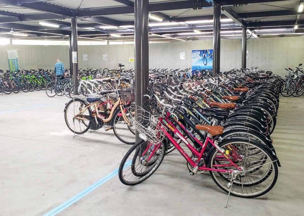 el centro Sunrise Itoyama, donde hay una infinidad de bicicletas para elegir hacer tu ruta Shimanami Kaido