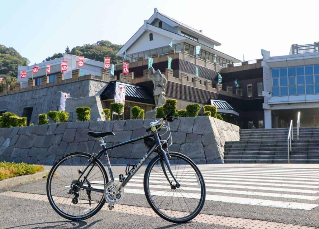 El Museo Murakami Kaizoku con mi bicicleta delante