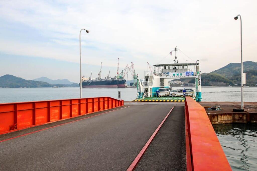 El ferry en el puerto de Sunoe para llegar a Iwagi