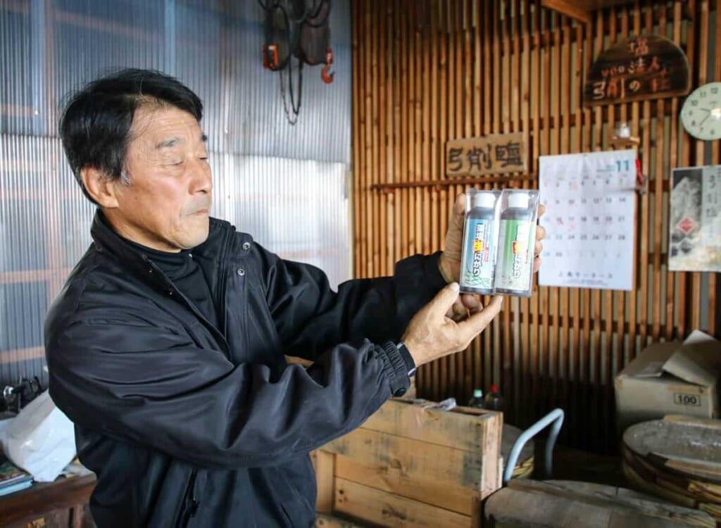 El señor de la familia enseñando las sales tradicionales