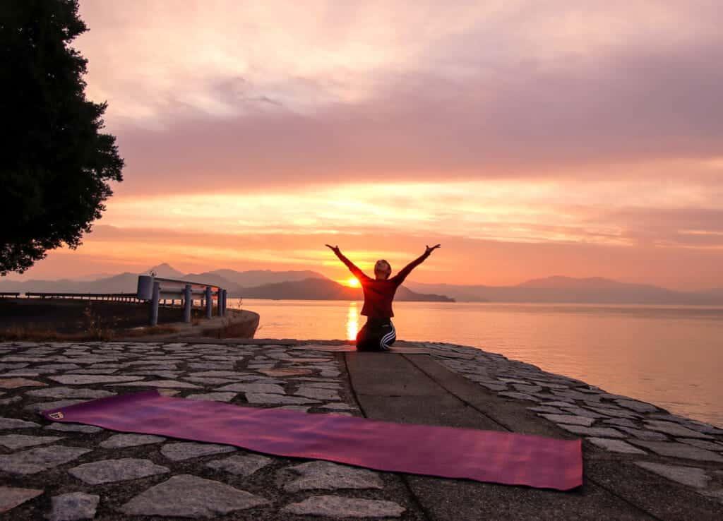 Haciendo una sesión de Sunset Yoga en West Beach