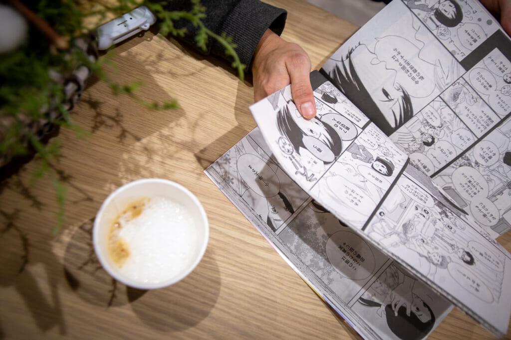 detalle de manga abierto y taza de cafe