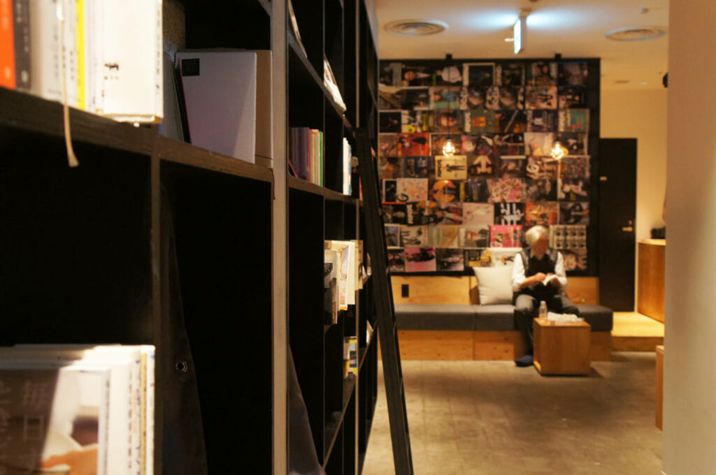 Un señor dentro de un manga café en Tokio