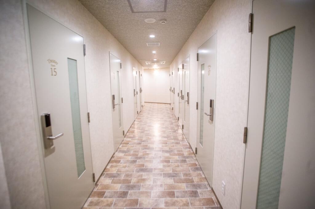 pasillos con habitaciones de un manga cafe